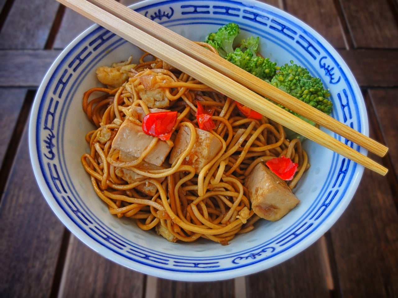 Noedels met tofu, paprika en broccoli