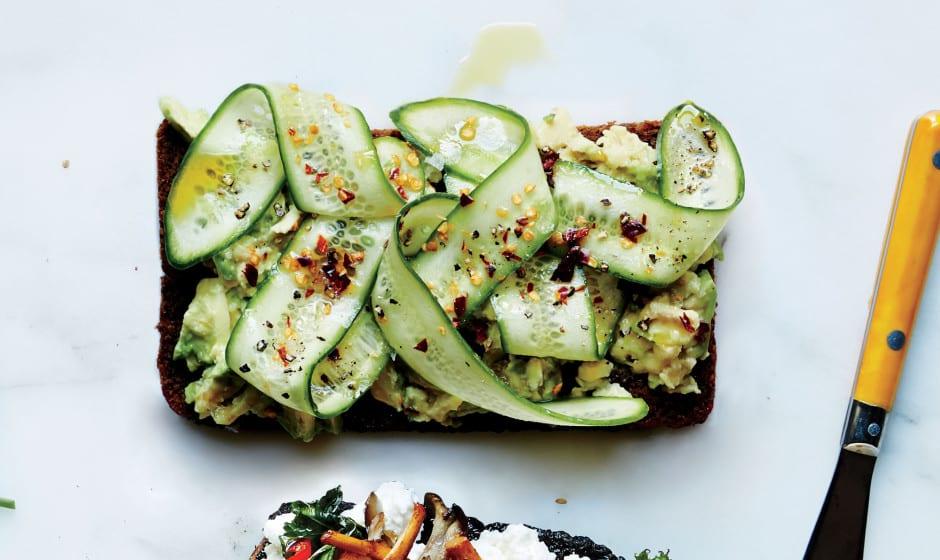 Roggebrood met komkommer en avocado