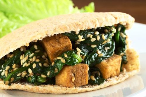 Volkoren pita met gebakken tofu, spinazie en sesam