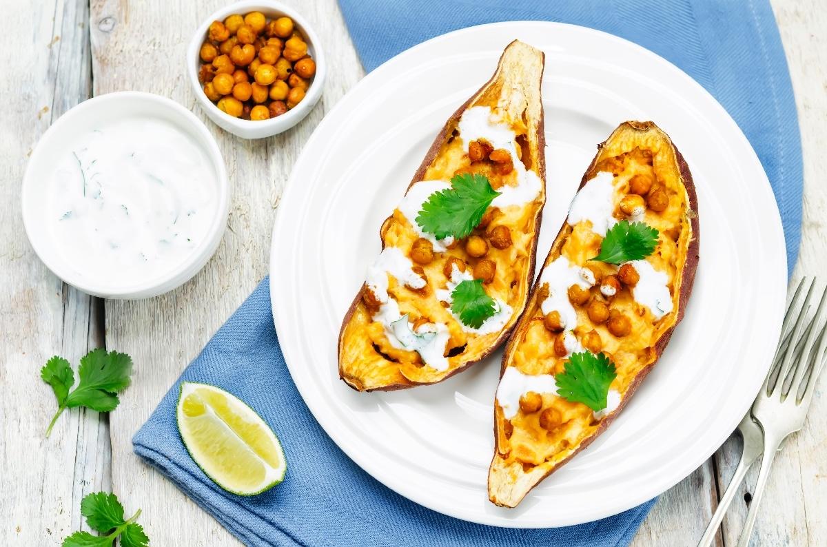 Geroosterde zoete aardappel met kikkererwten en muntyoghurt